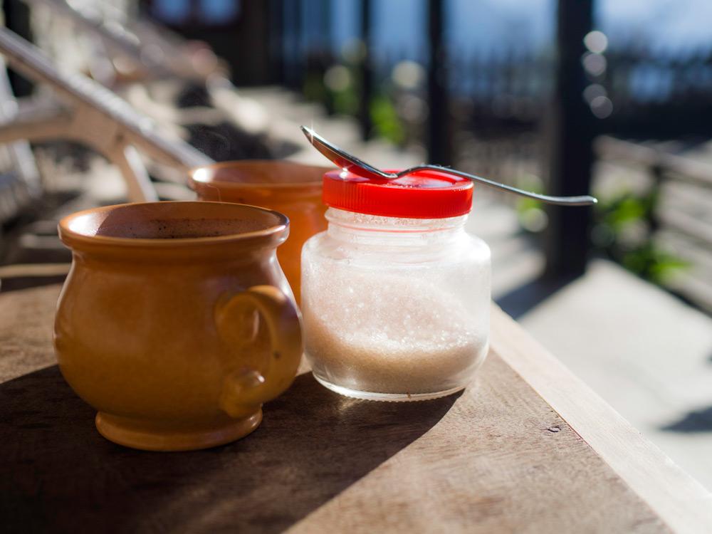 tasses de thé et sucre dans un lodge de l'himalaya